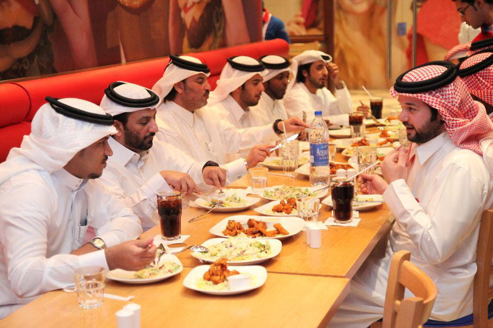 El jeque Abdullah Al-Thani inaugura un restaurante de comida rápida en Doha