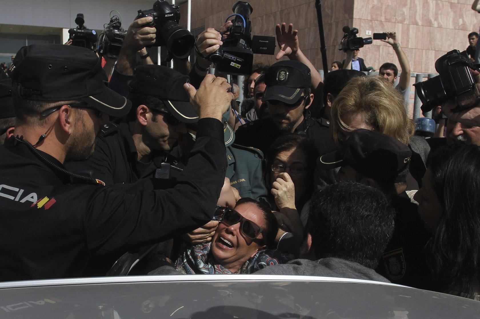 Isabel Pantoja se desmaya a la salida de los juzgados