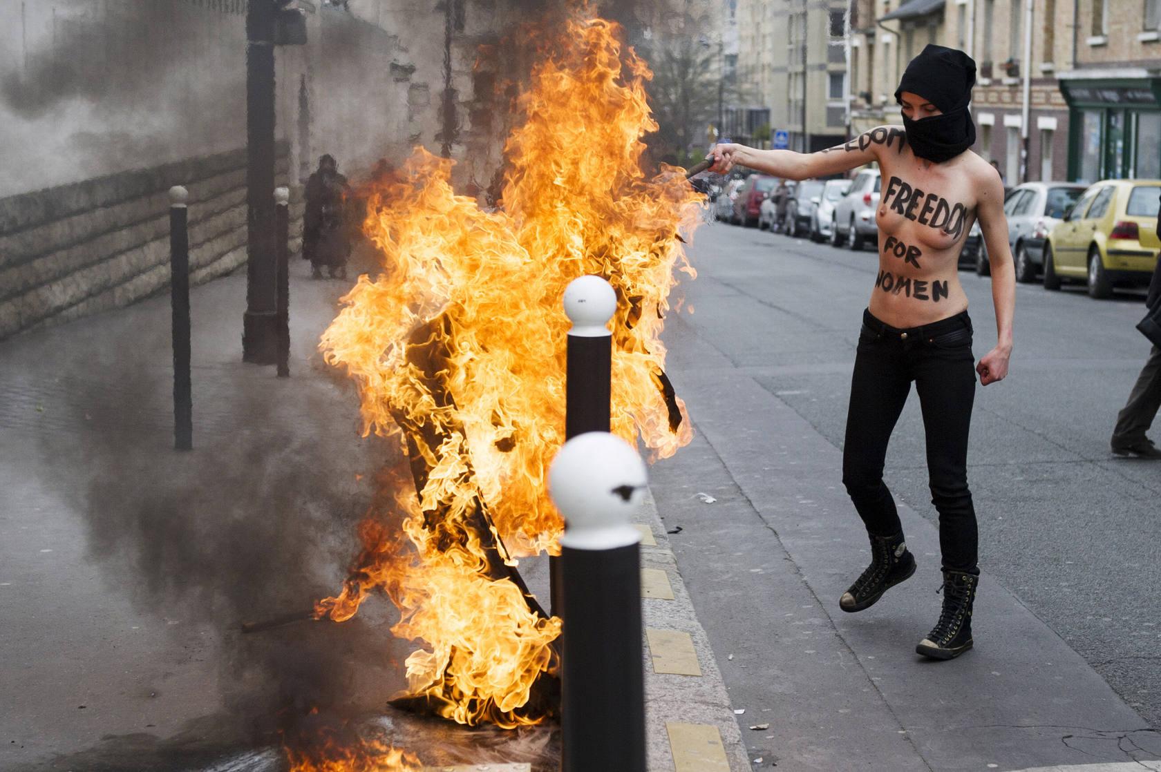 Protesta al desnudo contra el islamismo en París