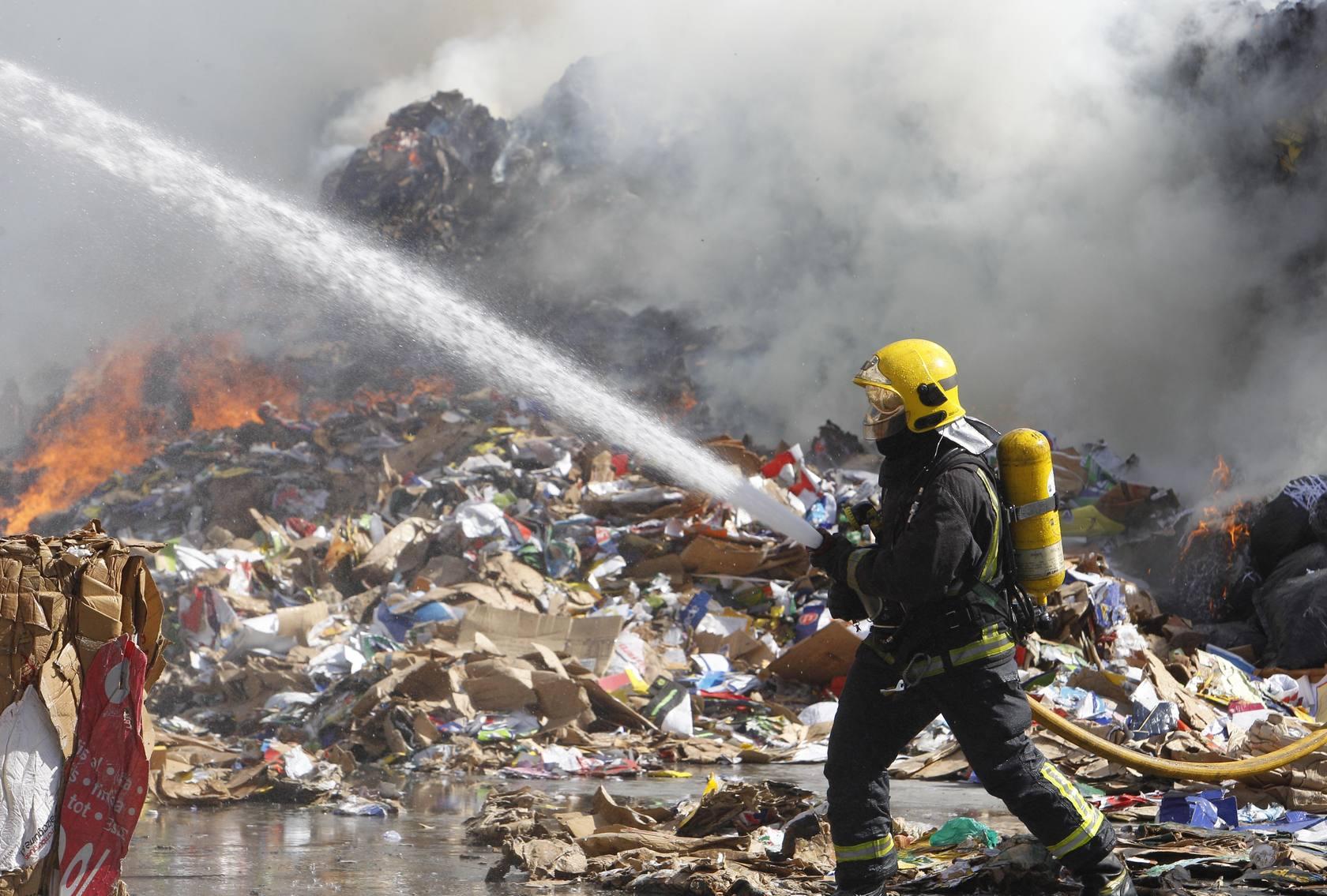 Aparatoso incendio en una nave de reciclaje del polígono Villarosa