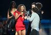 Beyoncé recoge el premio al Mejor Vídeo del Año por «Single Ladies», uno de los tres con los que fue galardonada la cantante estadounidense